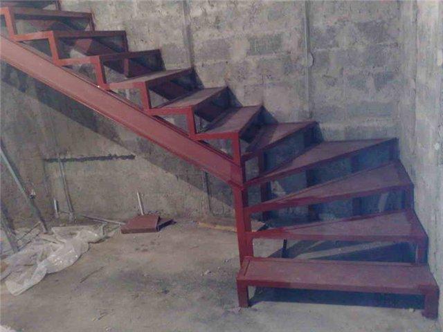 Сделать лестницу из металла на второй этаж